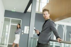 Επιχειρηματίας με ένα τηλέφωνο Στοκ φωτογραφία με δικαίωμα ελεύθερης χρήσης