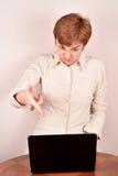 επιχειρηματίας με ένα lap-topη Στοκ φωτογραφία με δικαίωμα ελεύθερης χρήσης