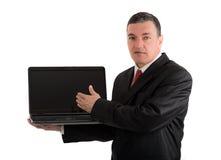 Επιχειρηματίας με ένα lap-top που απομονώνεται στο άσπρο υπόβαθρο Στοκ φωτογραφία με δικαίωμα ελεύθερης χρήσης