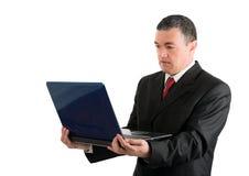 Επιχειρηματίας με ένα lap-top που απομονώνεται στο άσπρο υπόβαθρο Στοκ Εικόνες