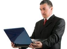 Επιχειρηματίας με ένα lap-top που απομονώνεται στο άσπρο υπόβαθρο Στοκ εικόνες με δικαίωμα ελεύθερης χρήσης