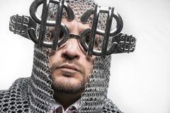 Επιχειρηματίας με μεσαιωνικός executioner στο μέταλλο και το ασημένιο glasse Στοκ φωτογραφίες με δικαίωμα ελεύθερης χρήσης