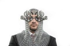 Επιχειρηματίας με μεσαιωνικός executioner στο μέταλλο και το ασημένιο glasse Στοκ Εικόνα