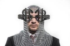 Επιχειρηματίας με μεσαιωνικός executioner στο μέταλλο και το ασημένιο glasse Στοκ Εικόνες