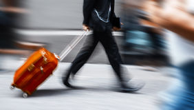Επιχειρηματίας με μια κόκκινη βαλίτσα σε μια βιασύνη Στοκ φωτογραφία με δικαίωμα ελεύθερης χρήσης