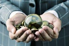 Επιχειρηματίας με μια σφαίρα κρυστάλλου και ευρο- νομίσματα Στοκ Εικόνες