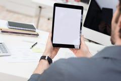 Επιχειρηματίας με μια ταμπλέτα με την οθόνη viewable Στοκ φωτογραφία με δικαίωμα ελεύθερης χρήσης