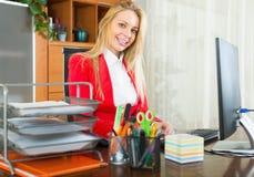 Επιχειρηματίας με τα έγγραφα και τον υπολογιστή Στοκ φωτογραφία με δικαίωμα ελεύθερης χρήσης
