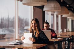 Επιχειρηματίας με τα έγγραφα στα χέρια της που χαμογελά στη κάμερα Στοκ φωτογραφίες με δικαίωμα ελεύθερης χρήσης