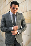 Επιχειρηματίας με τα γυαλιά ήλιων, γκρίζο κοστούμι Στοκ φωτογραφία με δικαίωμα ελεύθερης χρήσης