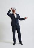 Επιχειρηματίας με τα γυαλιά εικονικής πραγματικότητας που δείχνει σε κάτι το ο Στοκ Εικόνα