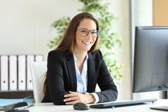 Επιχειρηματίας με τα γυαλιά που θέτουν στο γραφείο Στοκ φωτογραφίες με δικαίωμα ελεύθερης χρήσης