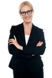 Επιχειρηματίας με τα διασχισμένα όπλα που φορούν τα γυαλιά Στοκ φωτογραφίες με δικαίωμα ελεύθερης χρήσης