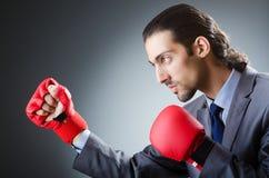 Επιχειρηματίας με τα εγκιβωτίζοντας γάντια Στοκ εικόνα με δικαίωμα ελεύθερης χρήσης