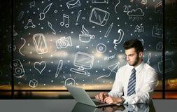 Επιχειρηματίας με τα κοινωνικά σύμβολα μέσων Στοκ φωτογραφία με δικαίωμα ελεύθερης χρήσης