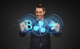 Επιχειρηματίας με τα ολογράμματα cryptocurrency στοκ φωτογραφίες