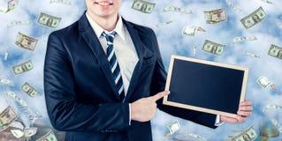 Επιχειρηματίας με τα πετώντας χρήματα και μαύρος πίνακας Στοκ φωτογραφίες με δικαίωμα ελεύθερης χρήσης