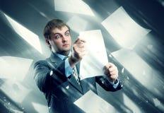 Επιχειρηματίας με τα φύλλα των Λευκών Βίβλων στοκ εικόνες