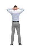 Επιχειρηματίας με τα χέρια πίσω από το κεφάλι του από την πλάτη Στοκ Εικόνες