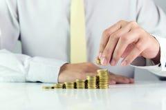 Επιχειρηματίας με τα χρυσά νομίσματα Στοκ Εικόνες