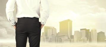 Επιχειρηματίας με την άποψη πόλεων Στοκ Εικόνα