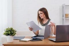 Επιχειρηματίας με την ανεξάρτητη εργασία έννοιας lap-top και ημερολογίων στο σπίτι, προγραμματισμός, σχεδιασμός στοκ εικόνες