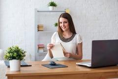 Επιχειρηματίας με την ανεξάρτητη εργασία έννοιας lap-top και ημερολογίων στο σπίτι, προγραμματισμός, σχεδιασμός στοκ εικόνες με δικαίωμα ελεύθερης χρήσης