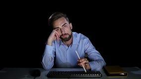 Επιχειρηματίας με την αδιαφορία που εξετάζει μια οθόνη υπολογιστή Σκοτεινό στούντιο απόθεμα βίντεο