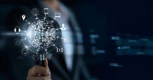 Επιχειρηματίας με την ενίσχυση - γυαλί και δίκτυο εικονιδίων στοκ εικόνα