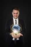 Επιχειρηματίας με την επιχειρησιακή σύνδεση μέσω του ψηφιακού κόσμου Στοκ εικόνες με δικαίωμα ελεύθερης χρήσης