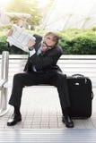 0 επιχειρηματίας με την εφημερίδα στα χέρια του Στοκ Εικόνες