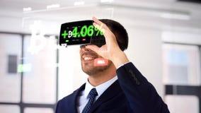 Επιχειρηματίας με την κάσκα εικονικής πραγματικότητας στο γραφείο απόθεμα βίντεο