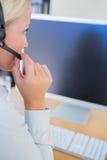 Επιχειρηματίας με την κάσκα που εξετάζει τον υπολογιστή Στοκ φωτογραφία με δικαίωμα ελεύθερης χρήσης