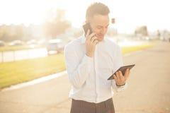 Επιχειρηματίας με την κινητή τηλεφωνική ταμπλέτα στα χέρια Στοκ εικόνες με δικαίωμα ελεύθερης χρήσης