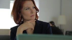 Επιχειρηματίας με την κόκκινη τρίχα και κόκκινα χείλια στο α απόθεμα βίντεο