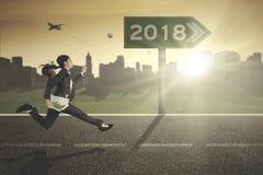 Επιχειρηματίας με τη γραφική εργασία και τους αριθμούς 2018 Στοκ εικόνα με δικαίωμα ελεύθερης χρήσης