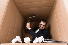 Επιχειρηματίας με τη γραφική εργασία και το lap-top χαρτονιού Στοκ Φωτογραφίες