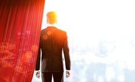 Επιχειρηματίας με τη διπλή έκθεση κουρτινών Στοκ φωτογραφία με δικαίωμα ελεύθερης χρήσης