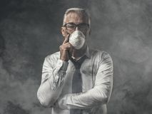 Επιχειρηματίας με τη μάσκα και την ατμοσφαιρική ρύπανση Στοκ Φωτογραφία