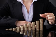 Επιχειρηματίας με τη σειρά των νομισμάτων Στοκ Φωτογραφίες