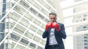 Επιχειρηματίας με τη στάση χεριών εγκιβωτίζοντας γαντιών σε υπαίθριο Στοκ Εικόνες