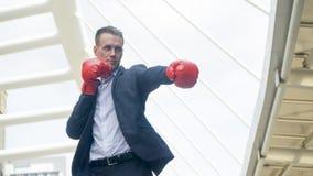 Επιχειρηματίας με τη στάση χεριών εγκιβωτίζοντας γαντιών σε υπαίθριο Στοκ φωτογραφίες με δικαίωμα ελεύθερης χρήσης