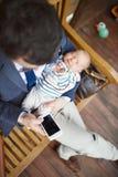 Επιχειρηματίας με τη συνεδρίαση κορών μωρών στο μπροστινό μέρος Στοκ φωτογραφίες με δικαίωμα ελεύθερης χρήσης