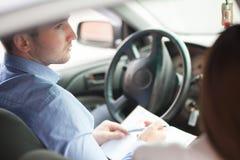 Επιχειρηματίας με τη συνεδρίαση σημειωματάριων στο κάθισμα, που κοιτάζει από το παράθυρο Στοκ φωτογραφίες με δικαίωμα ελεύθερης χρήσης