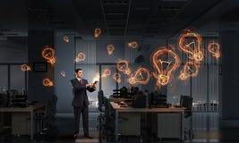 Επιχειρηματίας με τη συσκευή ταμπλετών στα χέρια στοκ εικόνα