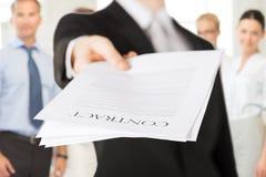 Επιχειρηματίας με τη σύμβαση στοκ εικόνα
