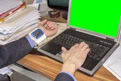 Επιχειρηματίας με τη υψηλή πίεση αίματος Στοκ Εικόνες
