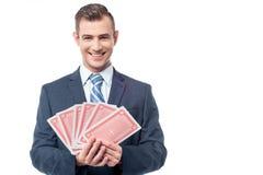 Επιχειρηματίας με τις κάρτες παιχνιδιού Στοκ Εικόνα