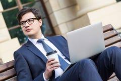 Επιχειρηματίας με τον καφέ και το lap-top Στοκ Φωτογραφία