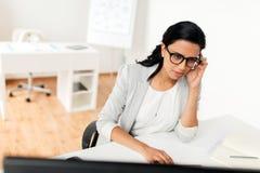 Επιχειρηματίας με τον υπολογιστή που λειτουργεί στο γραφείο Στοκ Φωτογραφία
